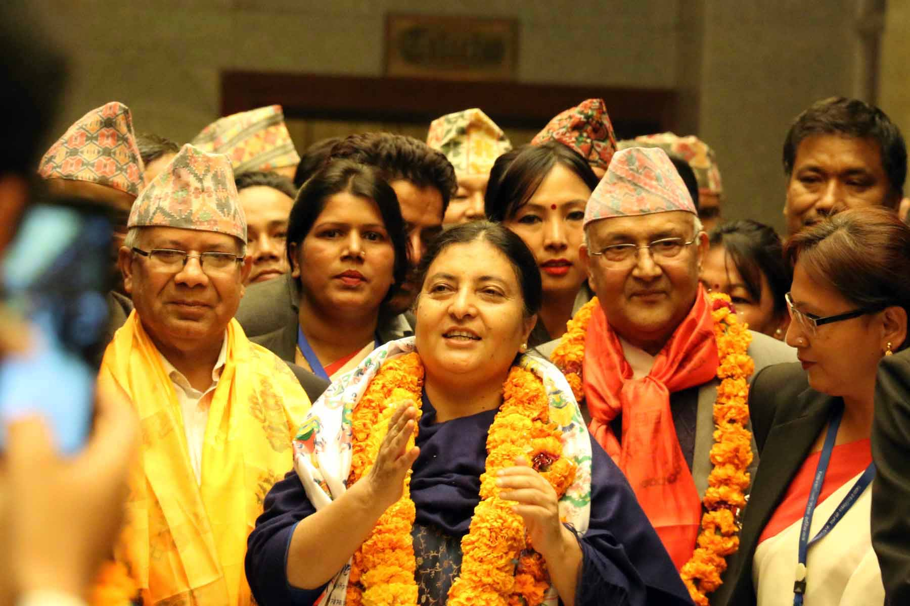 Dünya'da güzel şeyler de oluyor: Nepal'e komünist kadın başkan