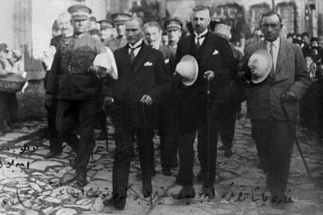 24 Kasım 1925 Erzurum'da şapka kanununa karşı gösteriler yapıldı.