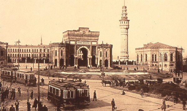 18 Kasım 1933- Darülfünun'un devamı olan İstanbul Üniversitesi Türkiye'nin ilk üniversitesi olarak öğrenime başladı.