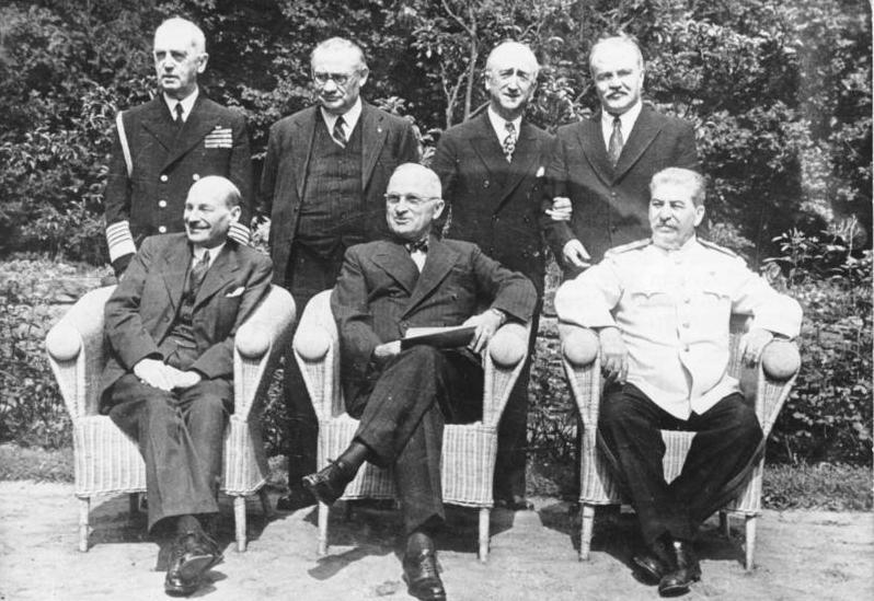 1 Aralık 1943 - Stalin, Roosevelt ve Churcill'in katıldığı Tahran Konferansı sona erdi.