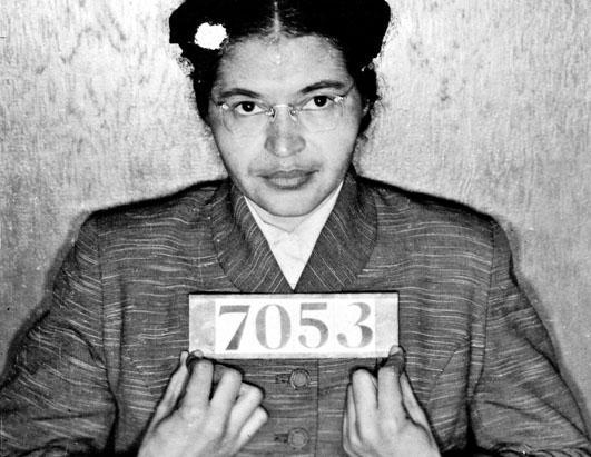 1 Aralık 1955 Montgomery, Alabama'da (ABD) Rosa Parks adındaki siyah kadın otobüste yerini beyaz adama vermediği için tutuklandı.