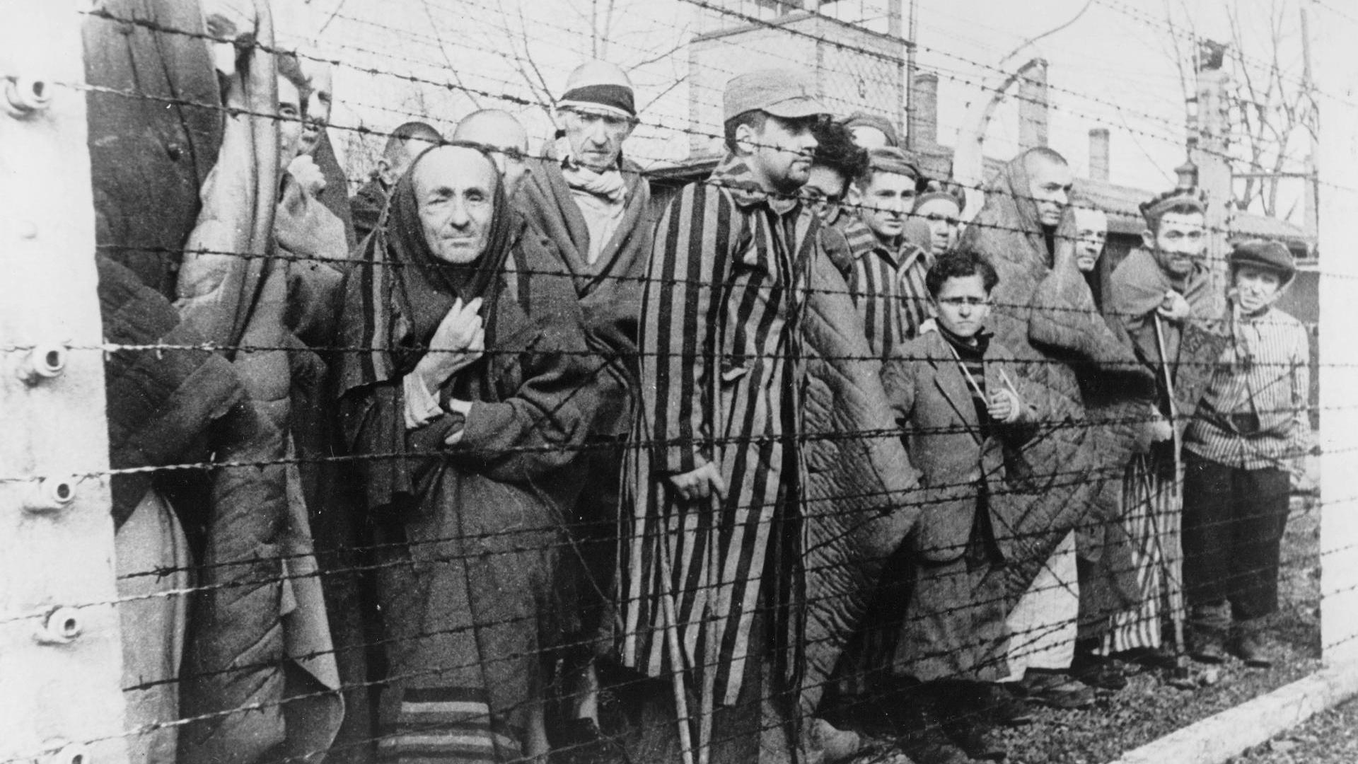 24 Mayıs 1943 - Auschwitz toplama kampında ölüm meleği adıyla anılan Nazi doktoru Josef Mengele göreve başladı