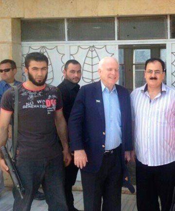 McCain için bayraklar yarıya indirildi