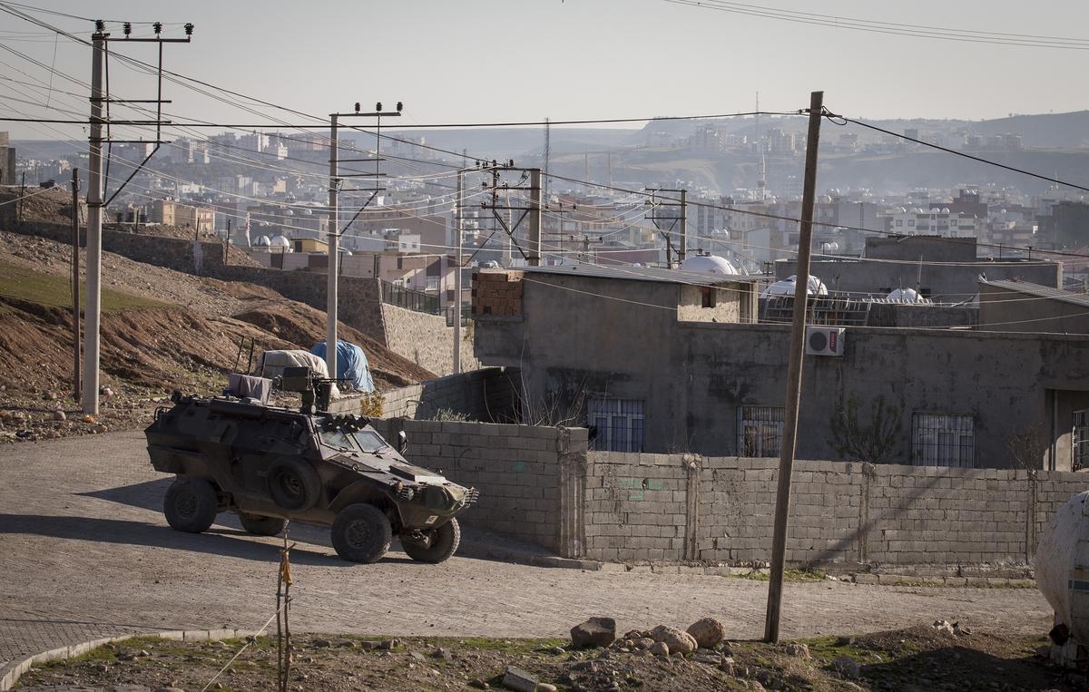Cizre'de cenazeleri almak isteyenlerin üzerine ateş açıldı