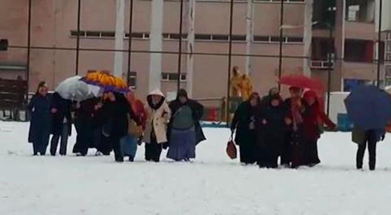 Şov devam etmeli: Sahayı temizleteceğiz diye işçileri 1,5 saat kar üstünde yürüttüler