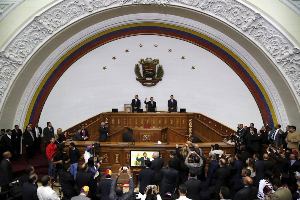 Meclis protestolarla açıldı: Venezuela 'karşı-devrim'e teslim olmamaya kararlı