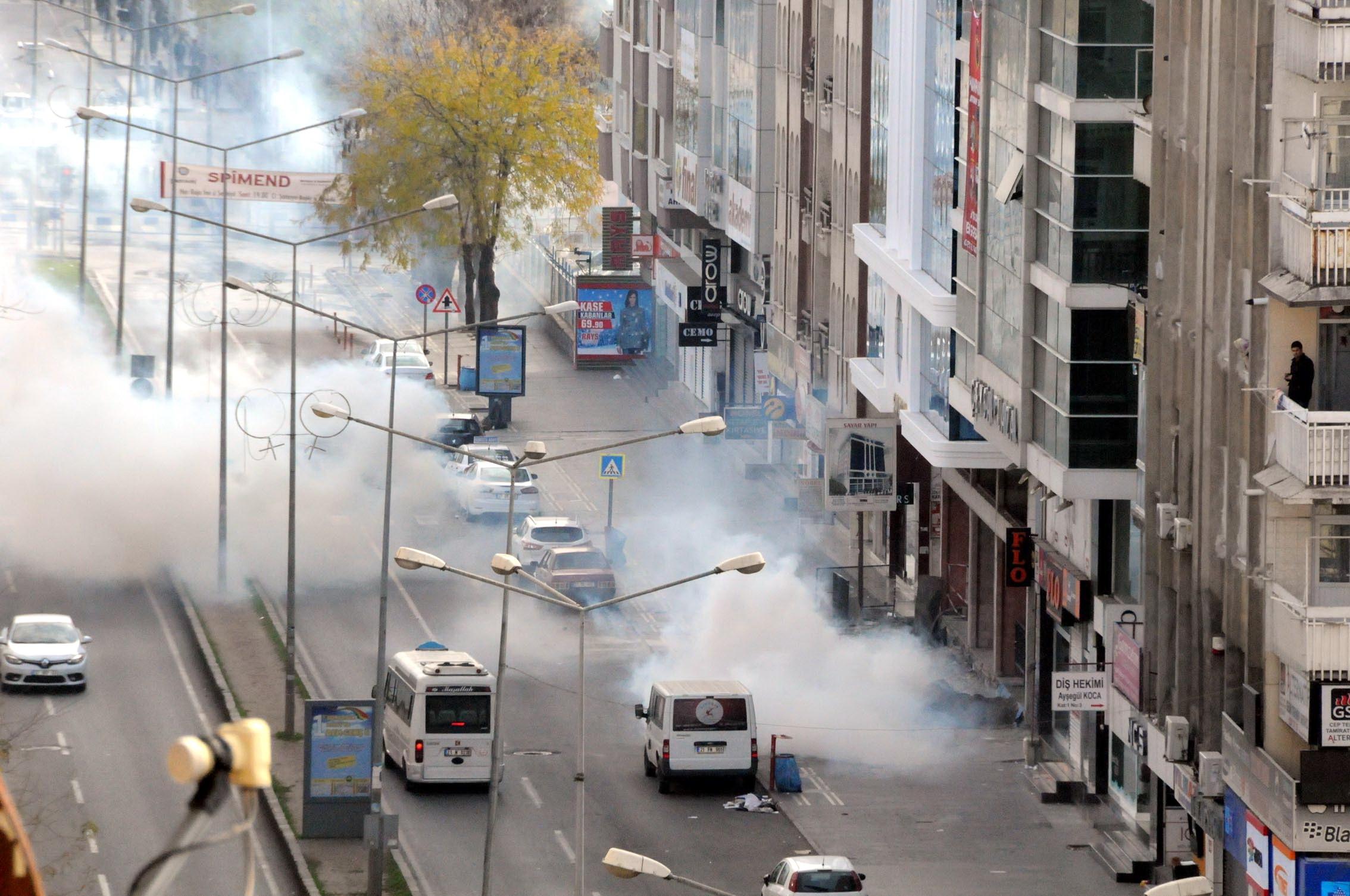 Diyarbakır'da Sur'a yürünmesine izin vermeyen polis kitleye saldırdı