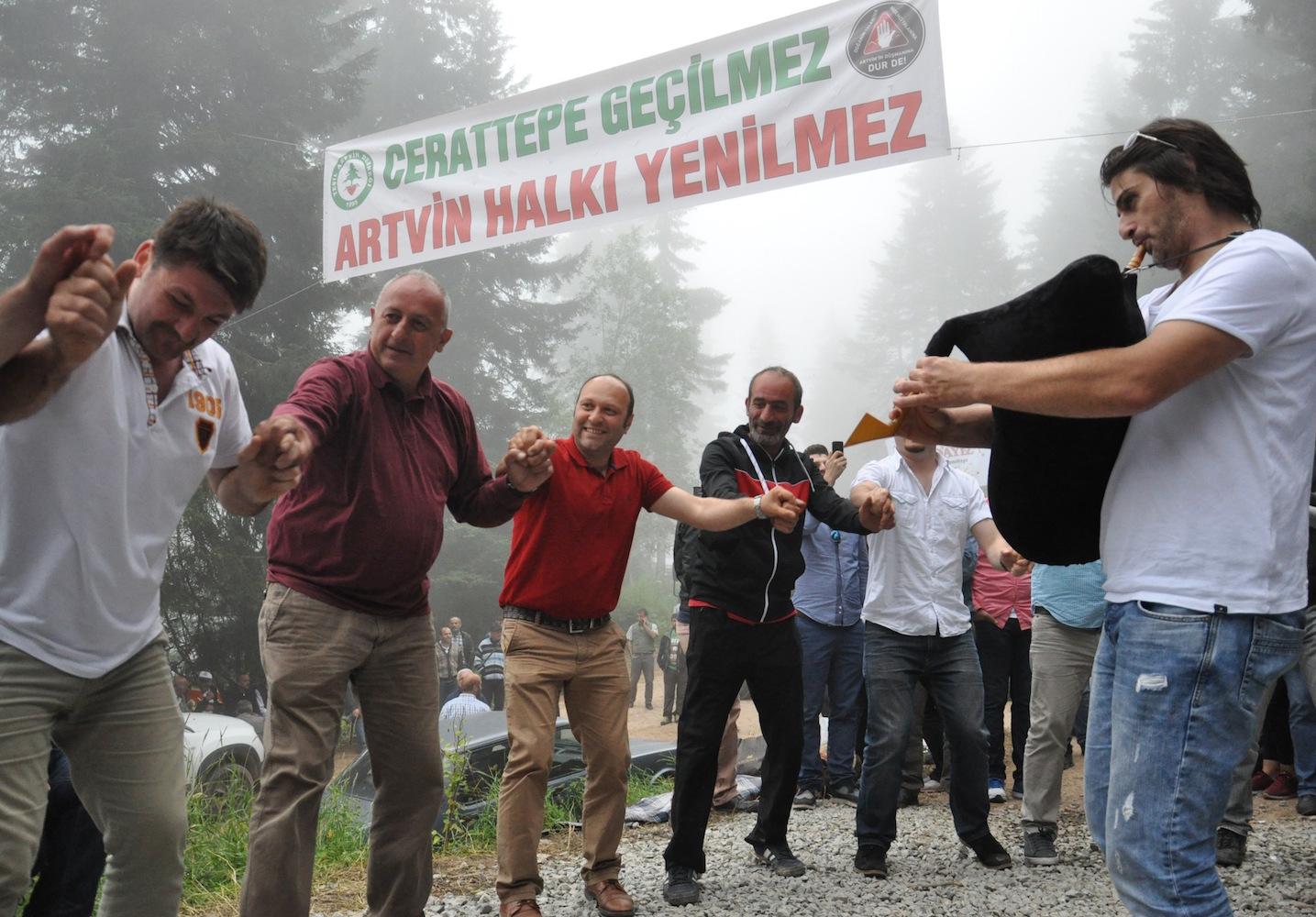 Artvin tüm engellemelere rağmen valiye evinin önünden seslendi: Madene hayır