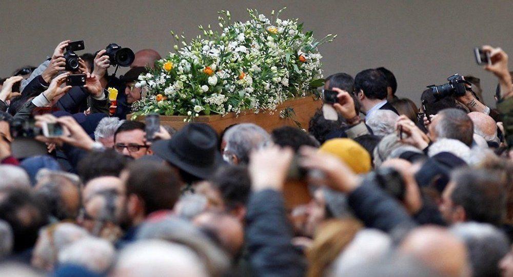 Umberto Eco son yolculuğuna laik ritüeller eşliğinde uğurlandı