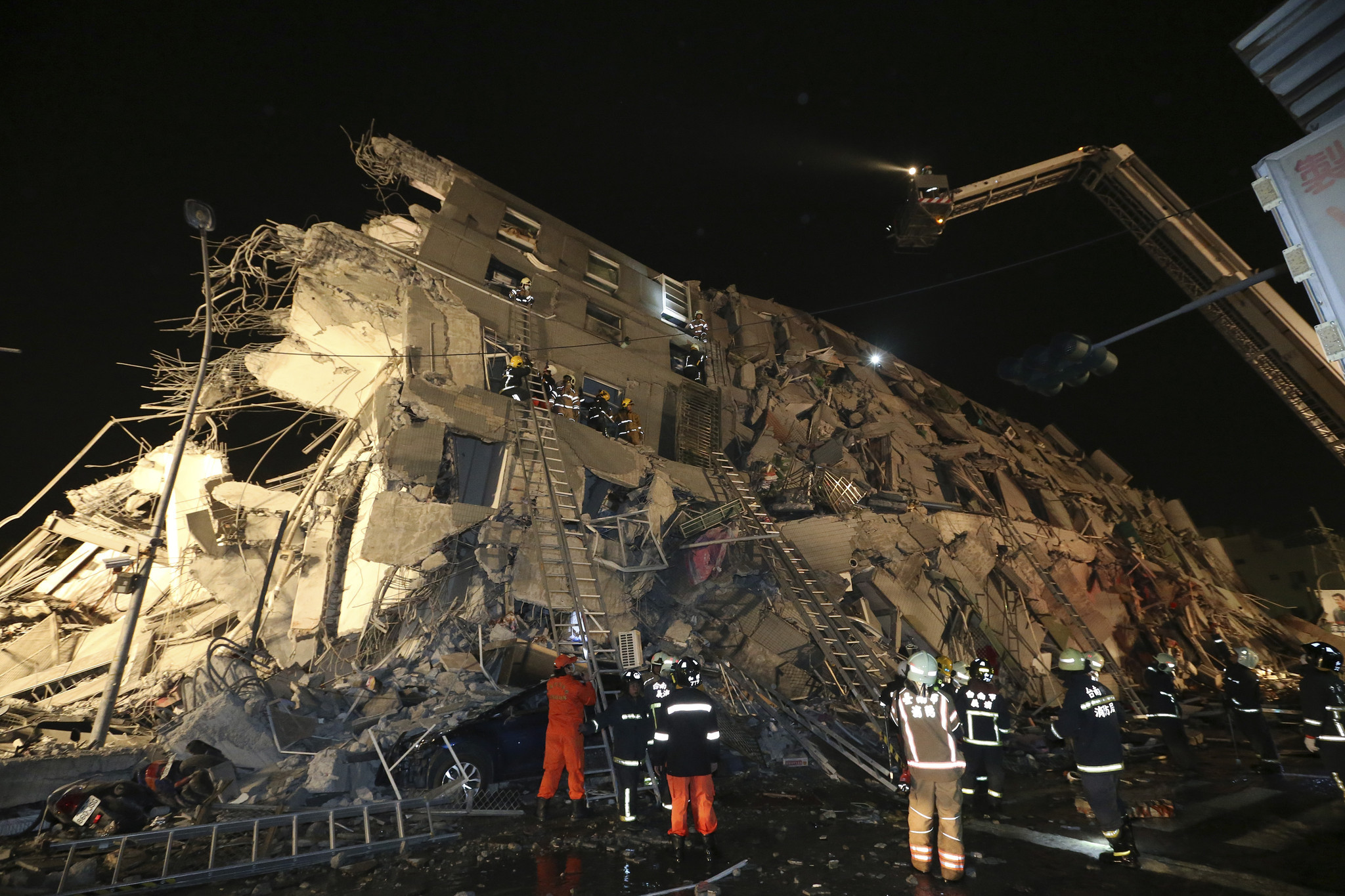 Tayvan'da 6,4 şiddetinde deprem: En az 8 kişi hayatını kaybetti