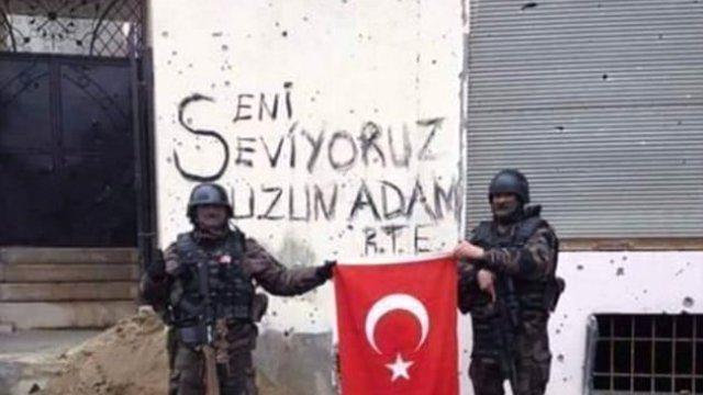 """Erdoğan iki özel harekâtçının """"Yürü uzun adam arkandayız"""