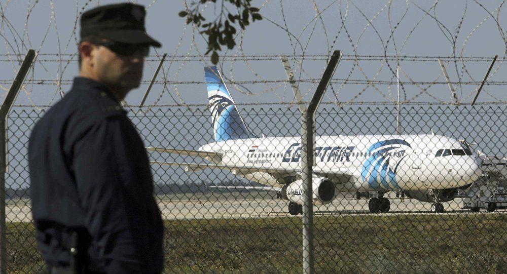 Mısır yolcu uçağında kriz bitti: Yolcular korsanla selfie çektirdi