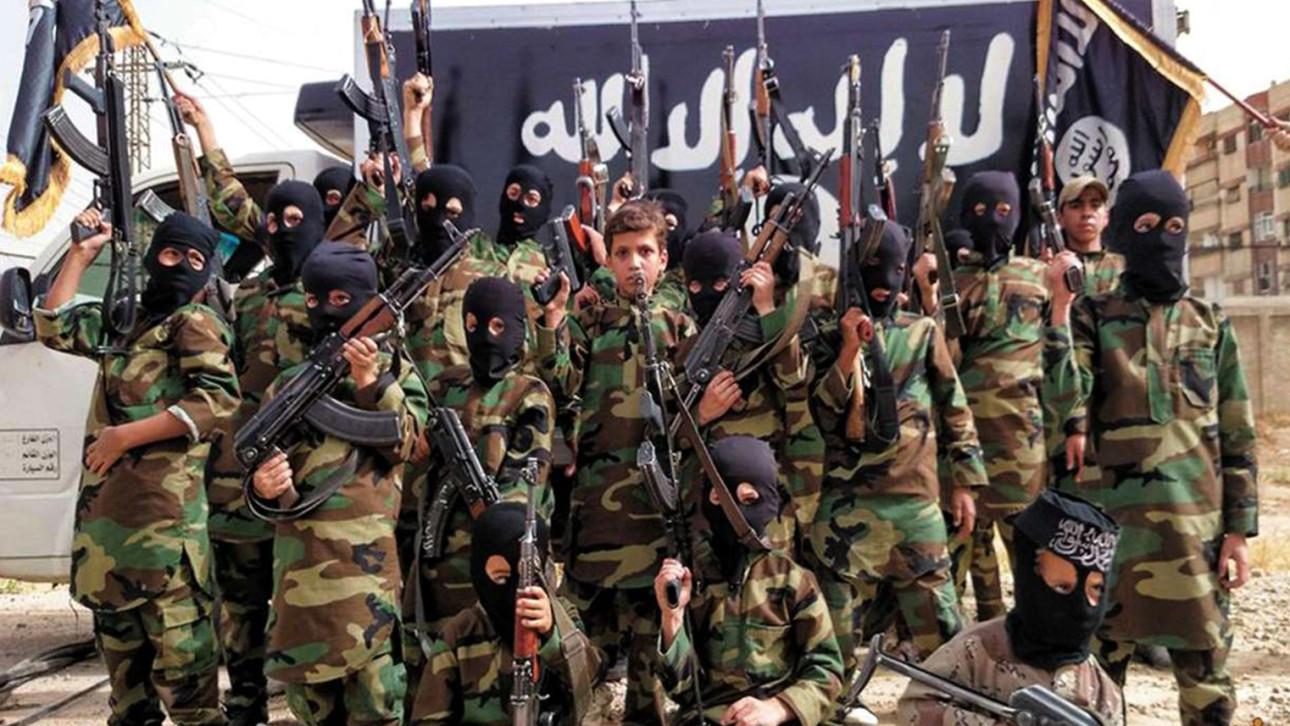 IŞİD bu kez cellat olarak kız çocuğu kullandı!