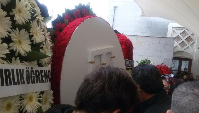 Cenazede öfke dinmedi, çelenk ters çevrildi