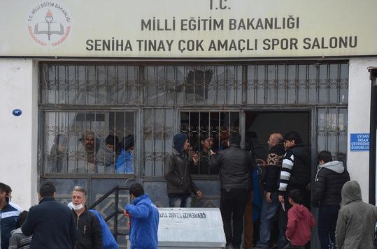 Dikili'de isyan, spor salonu ateşe verildi