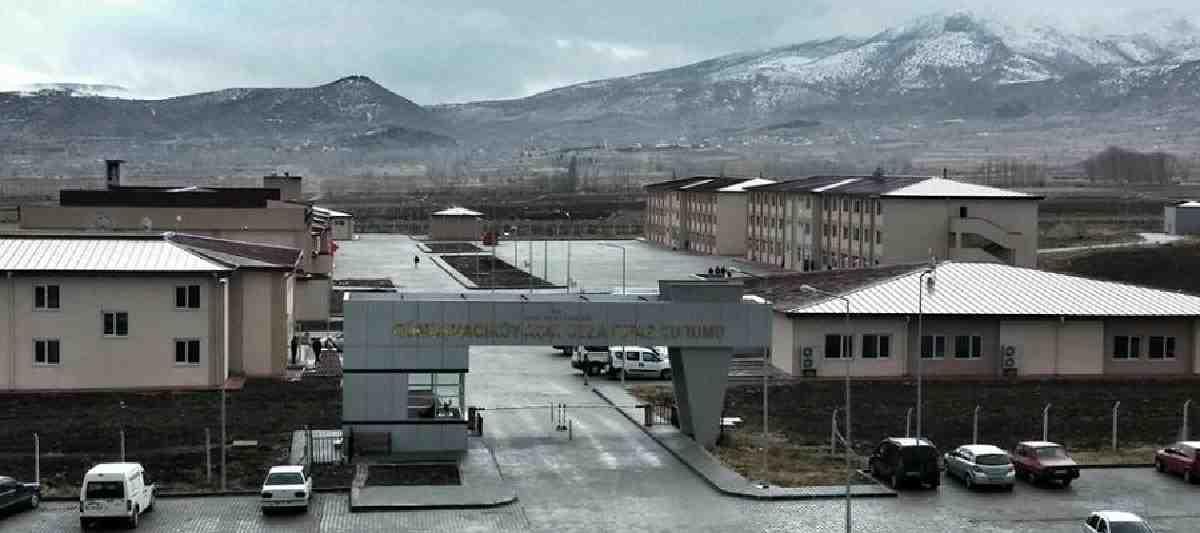 Cezaevinin çatısı uçtu, mahkûmlar altında kaldı
