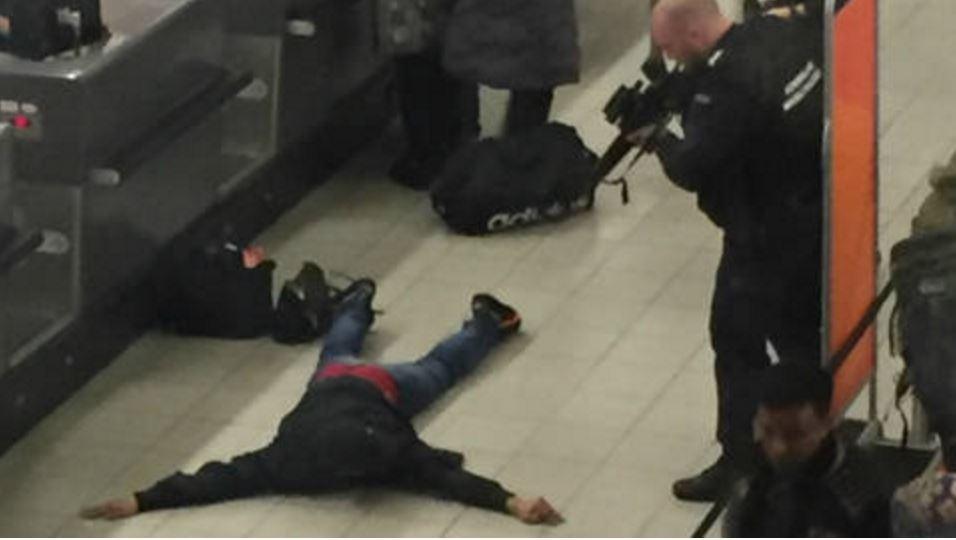 Amsterdam Havalimanı'nda bomba paniği