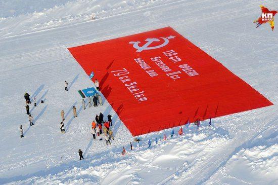 Kuzey Kutbu'nda faşizme karşı direnişin dev bayrağı açıldı