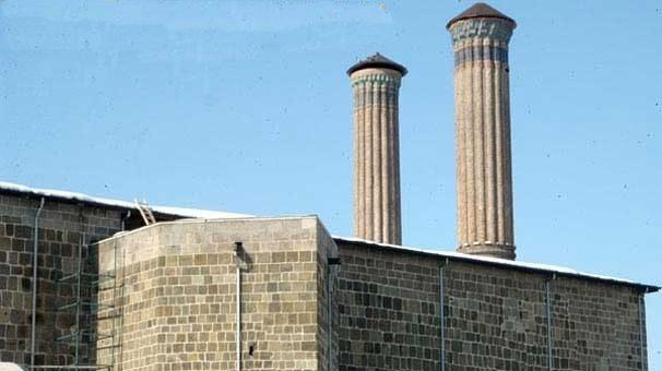 Selçuklu eseri Çifte Minareli Medrese'ye 7 milyonluk boru döşediler