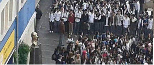 Öğretmenler kurulunda mevlit, bayrak töreni öncesi dua