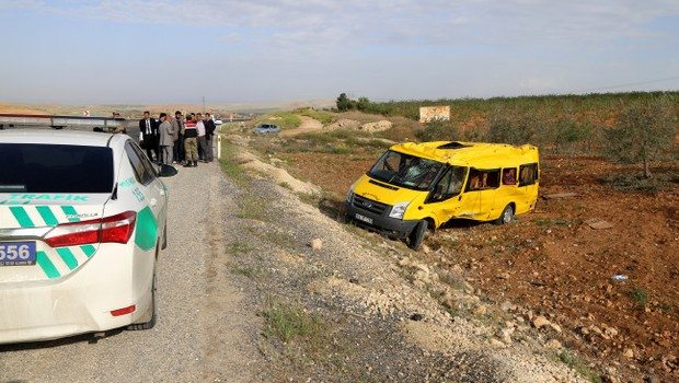 Öğrenci servisi devrildi: 30 yaralı
