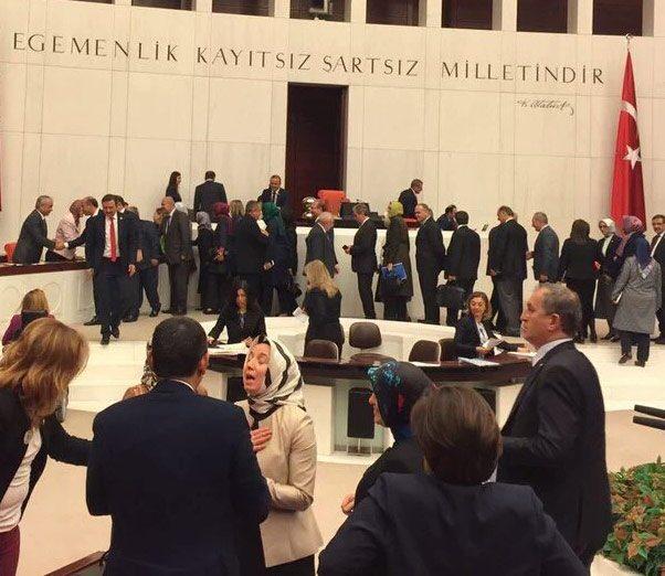 Meclis tiyatrosu: Önce #TecavüzAKlandı, sonra tebrik kuyruğuna girdiler