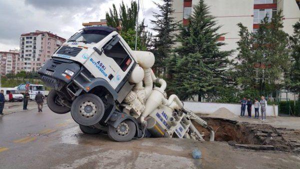 Ankara'da yol çöktü, ASKİ aracı içine düştü, Belediye suçu