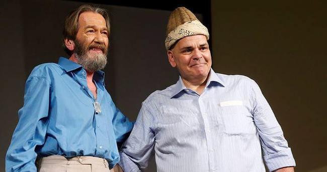 Ferhan Şensoy Dümbüllü'nün kavuğunu Rasim Öztekin'e devretti