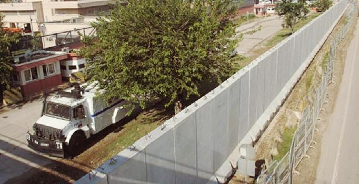 ABD'nin Adana Konsolosluğu önüne dev beton duvar