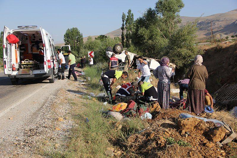 Malatya'da işçileri taşıyan minibüs devrildi: 1 ölü, 26 yaralı
