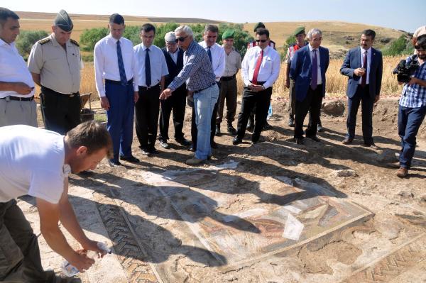 Tarla süpürüldü, 2 bin yıllık mozaik ortaya çıktı