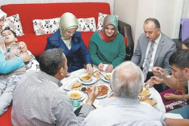 Emine Erdoğan'dan 'iftar şov': Masadaki sofrayı yere indirtti