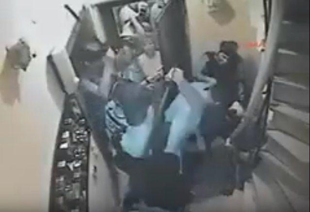 Polis binalara sığınan yurttaşları darp ederek gözaltına aldı