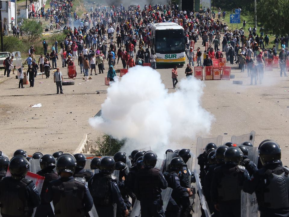 Zapatistalar'dan öğretmenlere destek