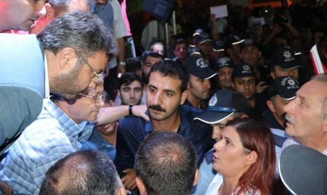 VİDEO | AKP'liler 'demokrasi nöbeti'nde CHP'li Başkanın bildirisini yırttı