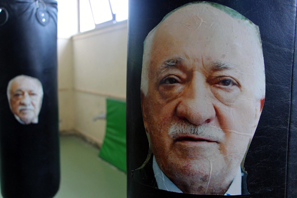 Boks idmanında Gülen'i yumrukluyorlar