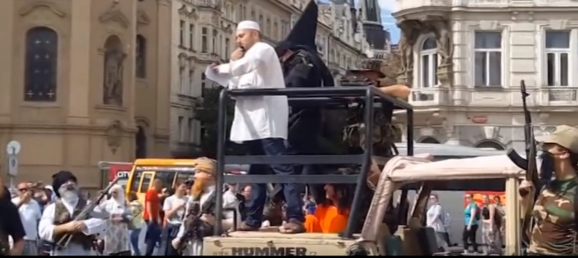 VİDEO | Prag'da 'temsili' IŞİD işgali