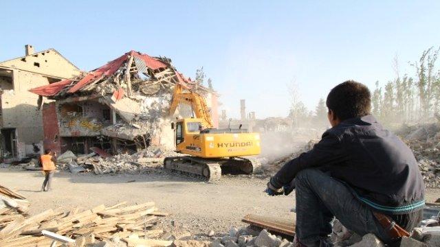 Yüksekova'da bin 300 bina yıkıldı