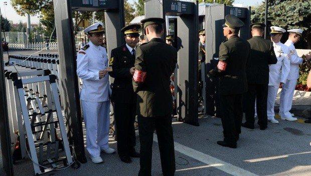 Anıtkabir'de askerlere kimlik kontrolü
