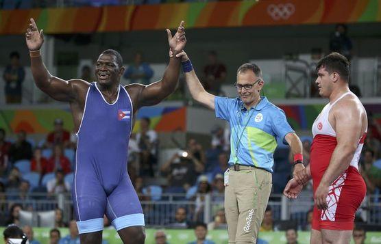 Irkçı görüşleri bilinen güreşçi Rıza, finalde Kübalı rakibine yenildi