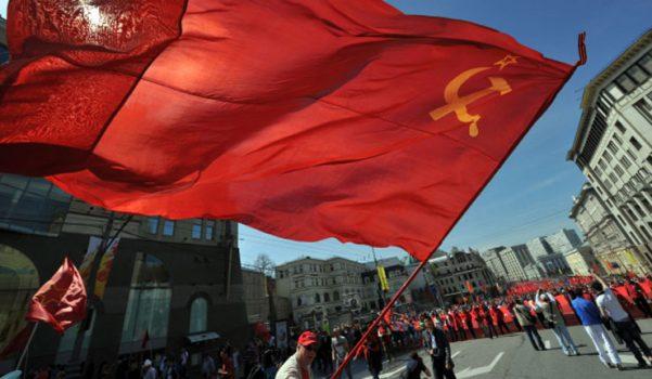 VİDEO | Köylüler muhtarlık binasına Rusya bayrağı yerine SSCB bayrağı astı