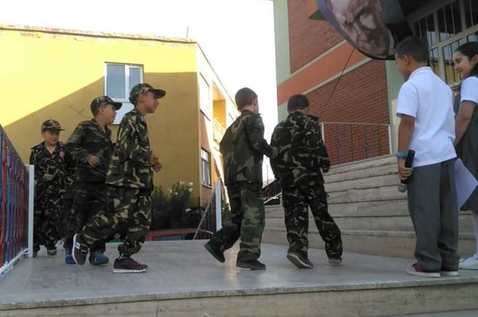 Çocuklara üniforma giydirip 15 Temmuz gösterisi yaptırdılar!