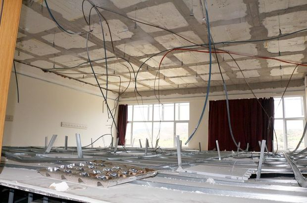 Üniversite sınıfının tavanı ders sırasında çöktü