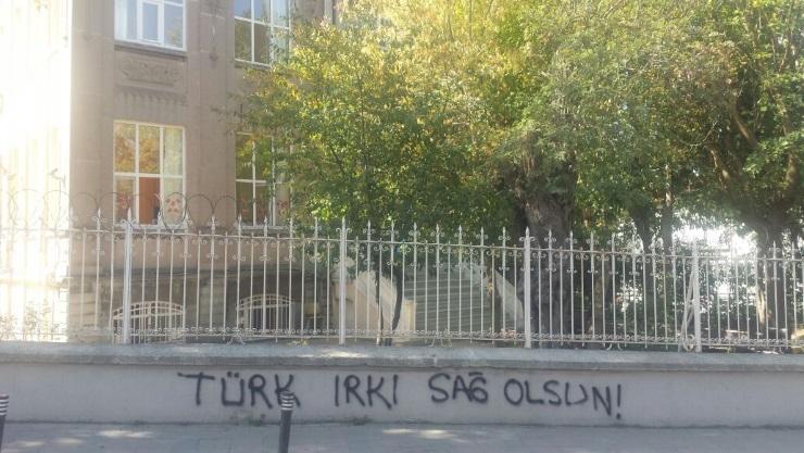 Üsküdar'daki Ermeni okuluna ırkçı yazılama