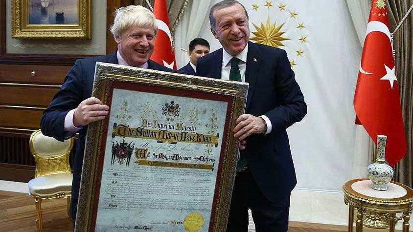 Yorumsuz: Erdoğan 'kendisine hakaret yarışı'nda birinci gelen İngiliz bakana hediye verdi