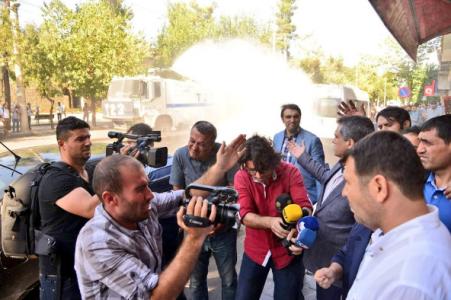Sur Belediyesi önünde toplanan kitleye polis saldırısı!