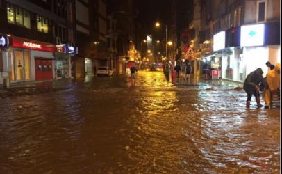 Zonguldak sağnak yağışa teslim oldu. Sel tehlikesi var!