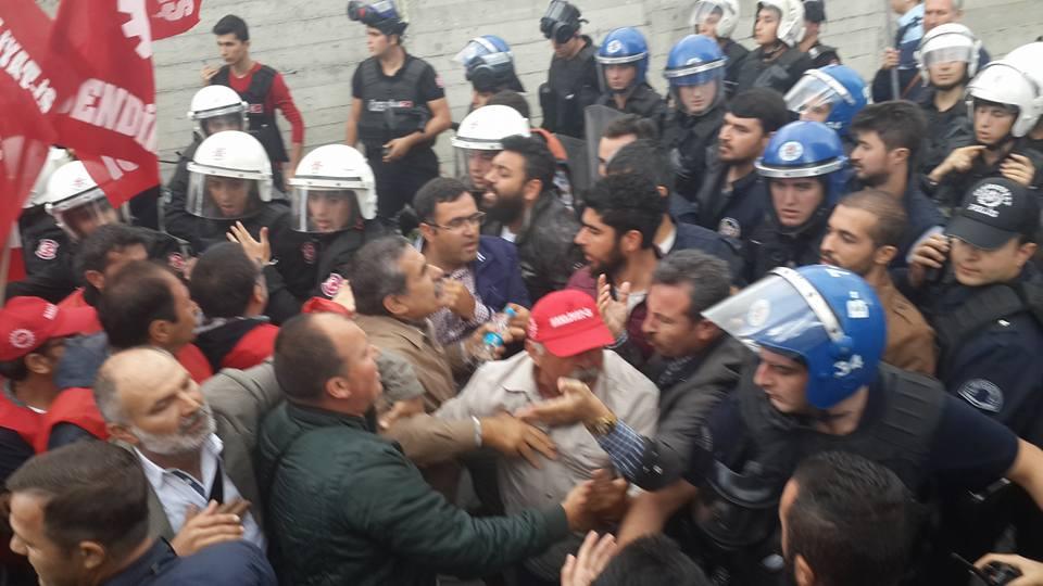 Sendikaya üye oldukları için işten atılan Medlog işçilerine polis saldırısı