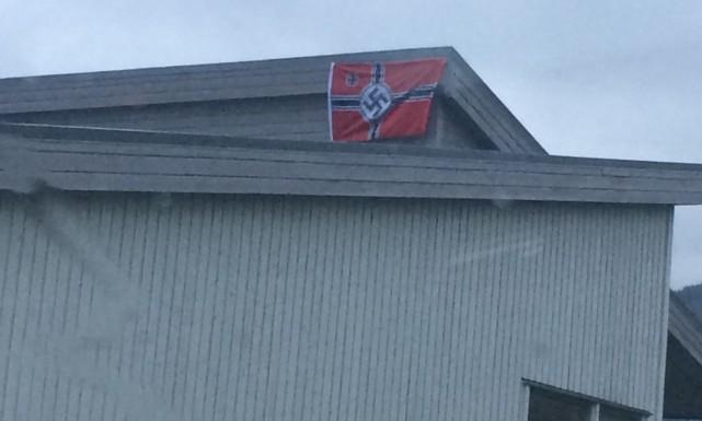 Norveç'te bir köye Nazi bayrakları asıldı!