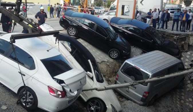 VİDEO | Merter'de yol çöktü! Araçlar göçüğe düştü!